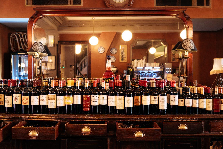Bouteilles de vin Cafe du Levant gare de Bordeaux photo par Olga Serjantu. Tous les droits réservés.