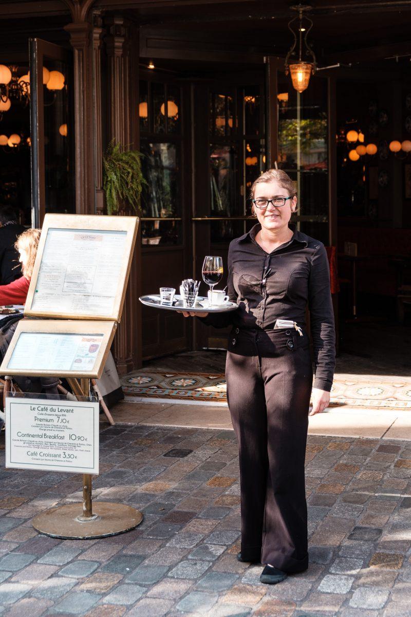 Serveuse Cafe du Levant gare de Bordeaux photo par Olga Serjantu. Tous les droits réservés.