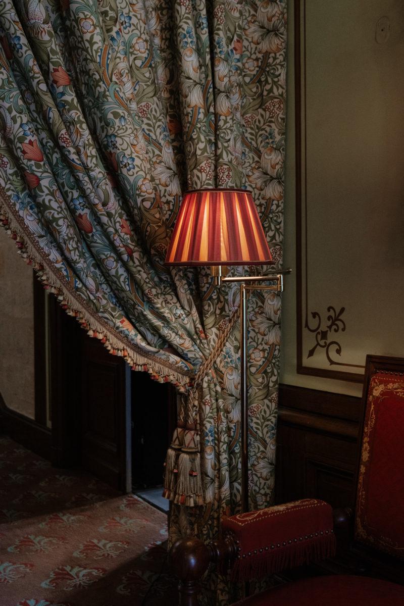 Lampe orange dans un décor vintage