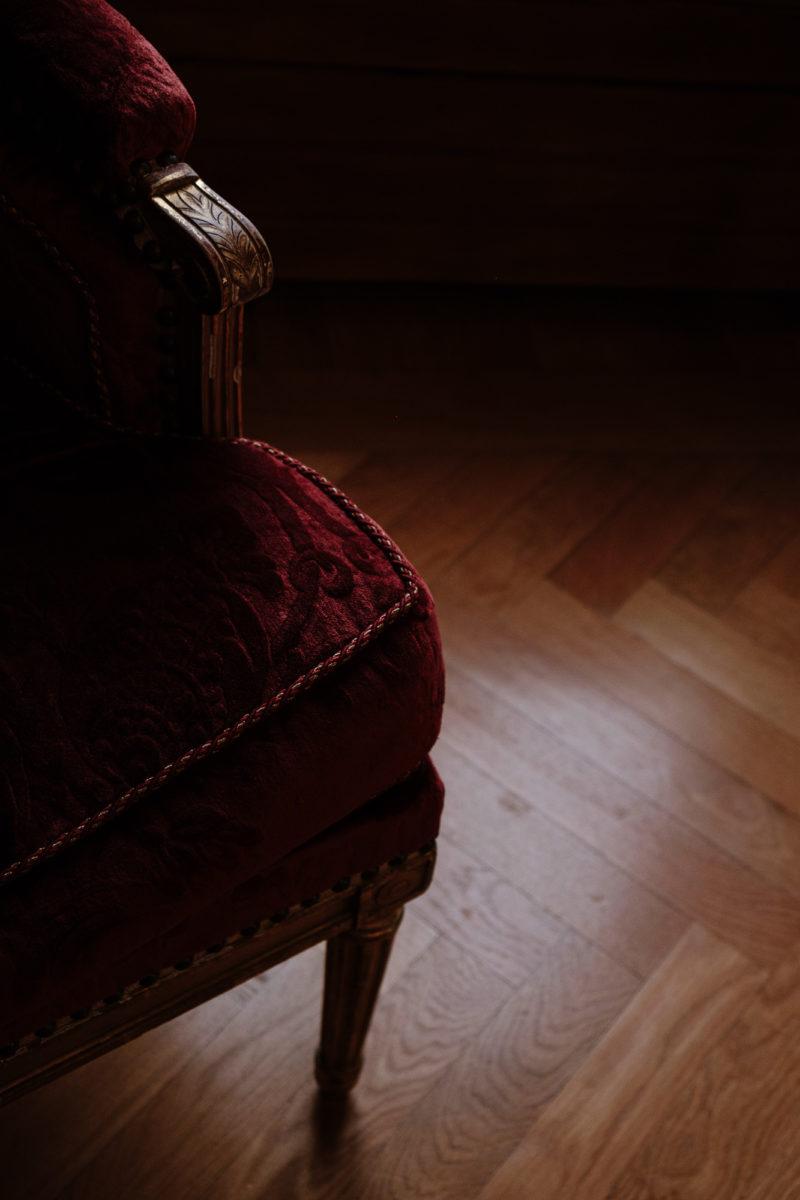 Coin de chaise rouge en velours